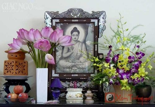 Phong thủy ban thờ đẹp nhờ tránh bày 5 loài hoa