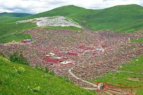 """Kì vĩ """"thung lũng đỏ"""" Phật giáo Larung Gar trước ngày bị phá dỡ"""