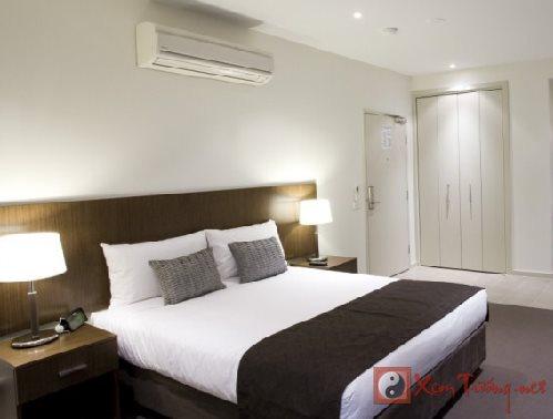 Phong thủy phòng ngủ: Có nên lắp đặt điều hòa ở đầu giường?