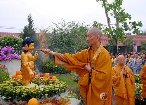 Y nghia nghi thuc tam Phat trong thang le Phat Dan sinh hinh anh 2
