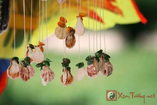 Treo chuong gio dung vi tri de khong mang hoa den nha hinh anh