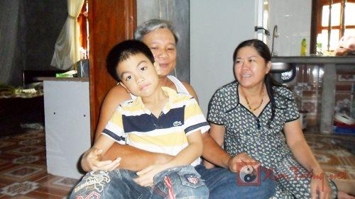 cậu bé và cha mẹ